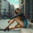 minigonna di jeans ragazza seduta su marciapiede vestita street style